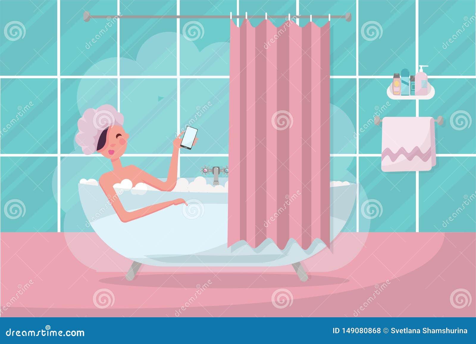 Interior do banheiro com cortina, toalha e vapor Menina no tamp?o de chuveiro que toma um banho completamente da espuma do sab?o