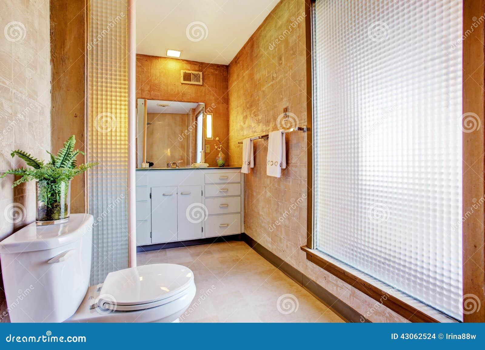 Inteiror brilhante do banheiro com grande janela armário branco da  #7D4011 1300 957