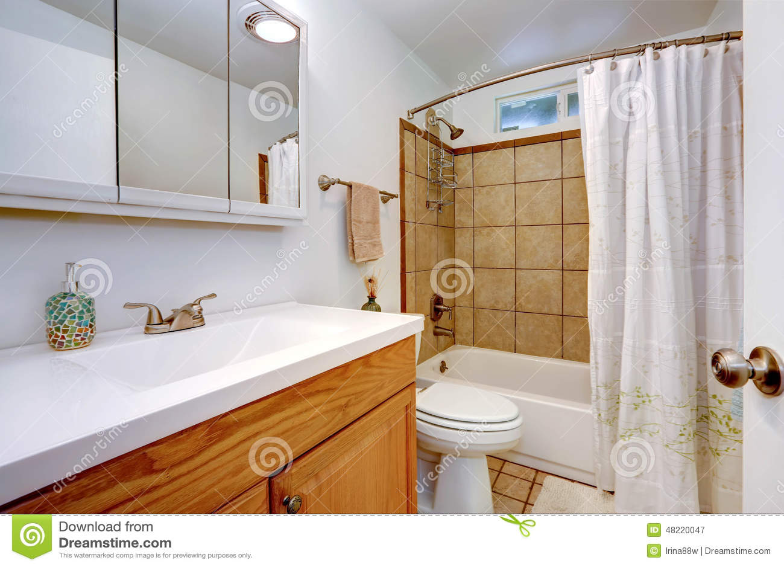 Interior Do Banheiro Com O Armário De Madeira Da Vaidade Foto de  #803B12 1300x957 Banheiro Com Luz Azul