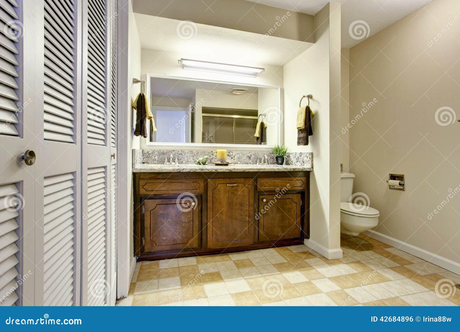 Interior Do Banheiro Com O Armário Moderno Da Vaidade Foto de Stock  Imagem -> Armario Banheiro Moderno