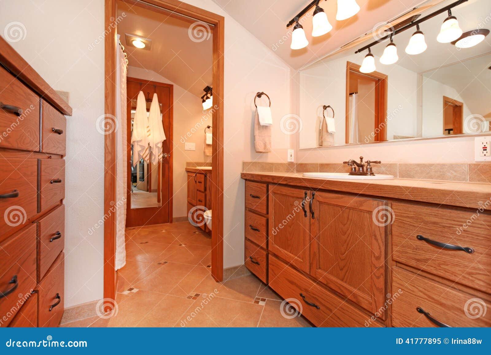 Na Casa Da Cabana Rústica De Madeira Foto de Stock Imagem: 41777895 #AE461D 1300x957