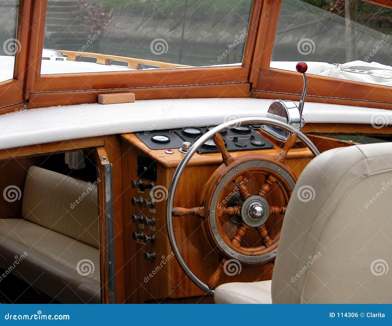 Interior do barco de motor