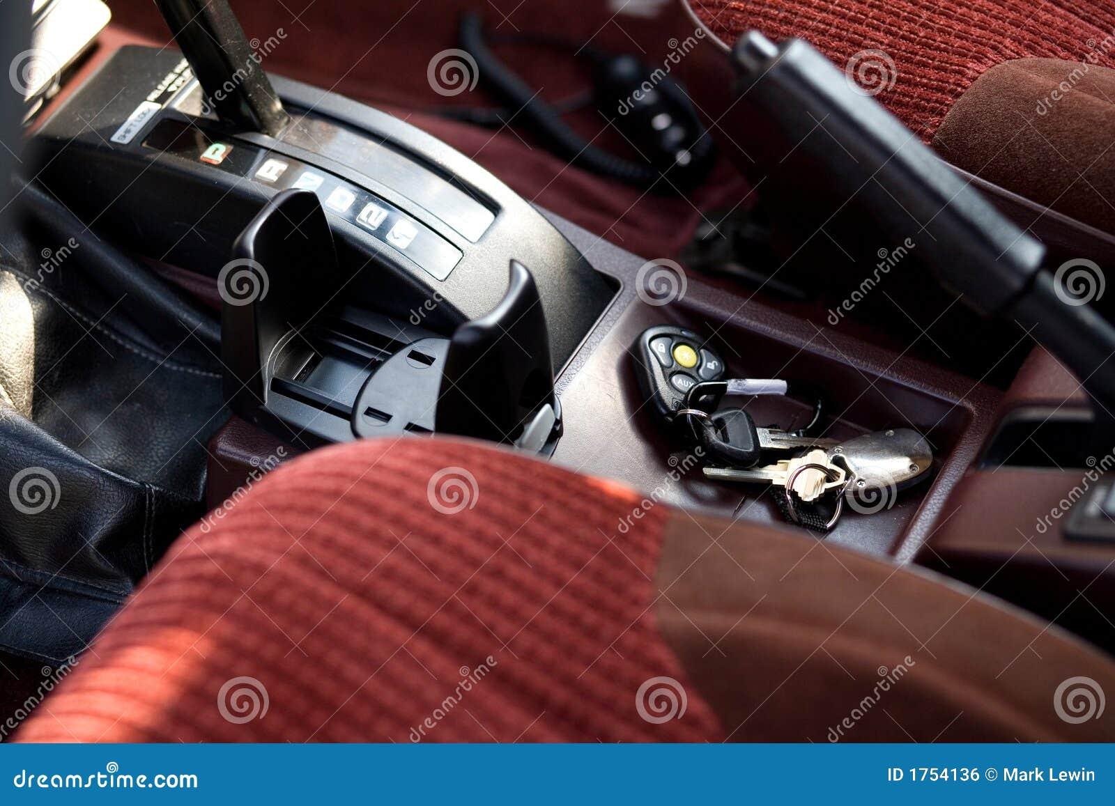 Interior do carro com as chaves esquecidas