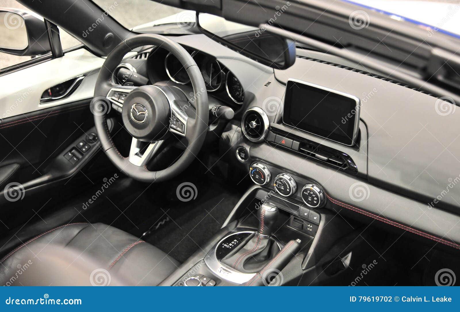 Interior do carro de Mazda com navegação