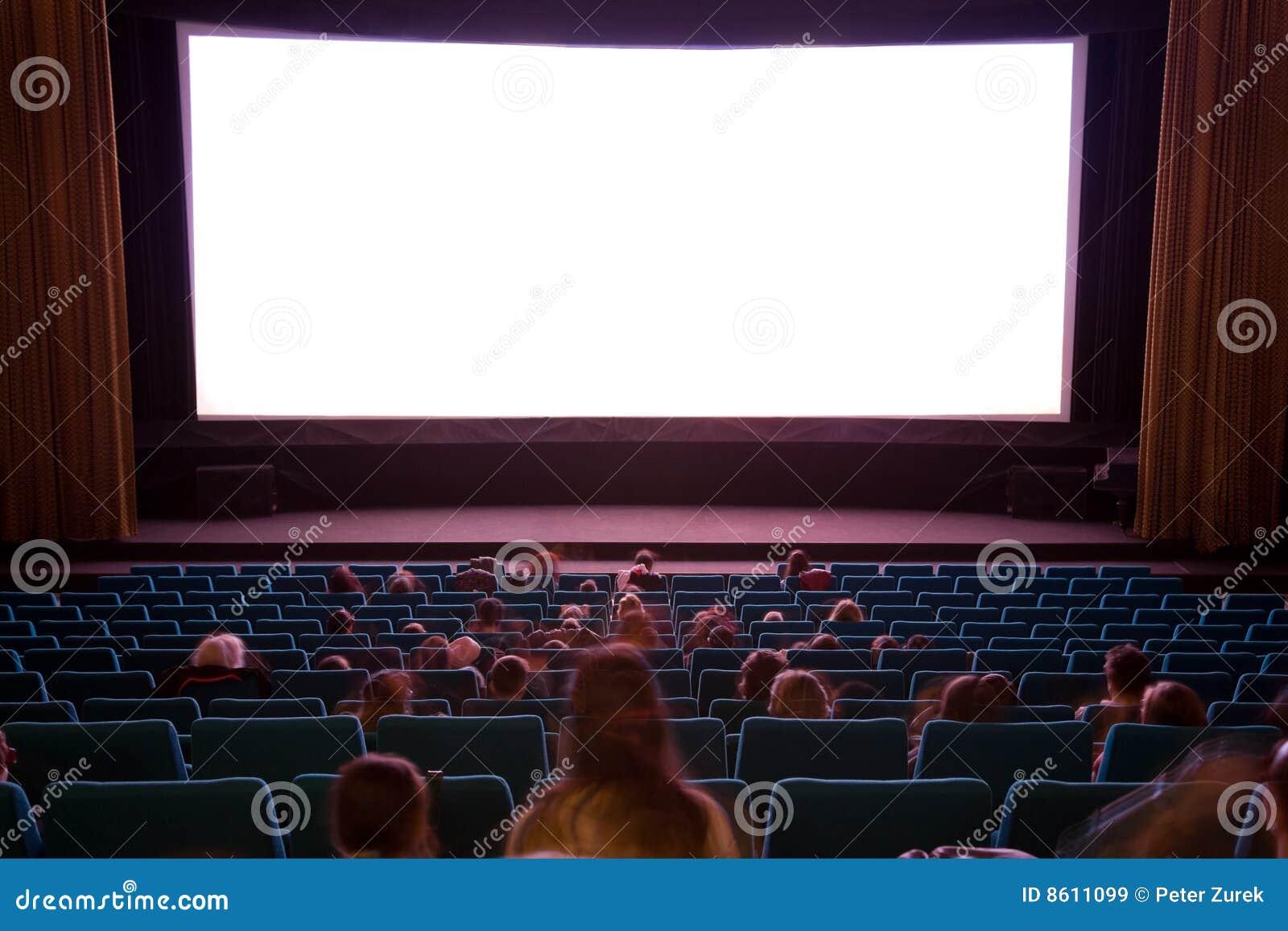 Interior do cinema com povos