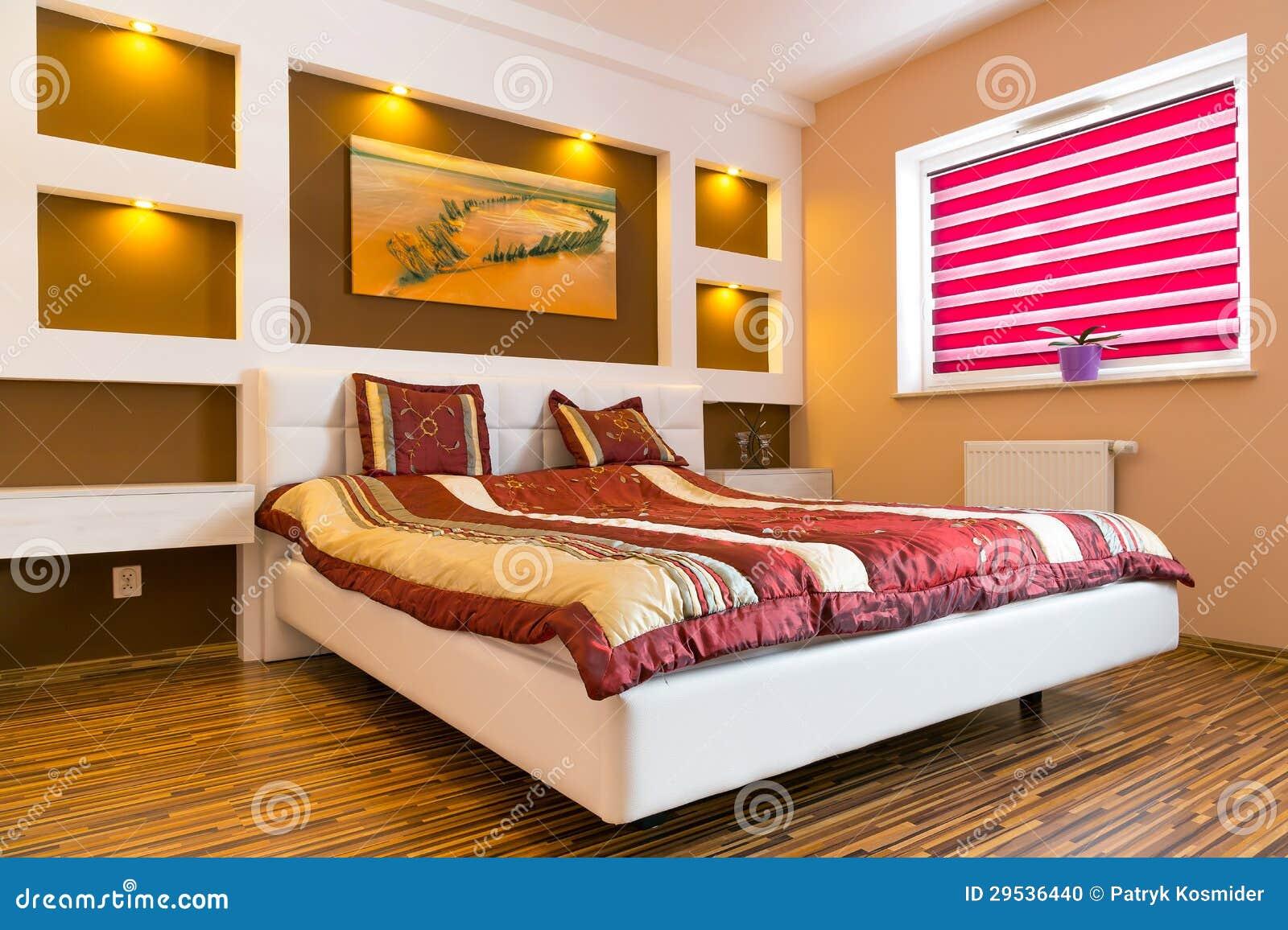 Interior do quarto principal com cama branca