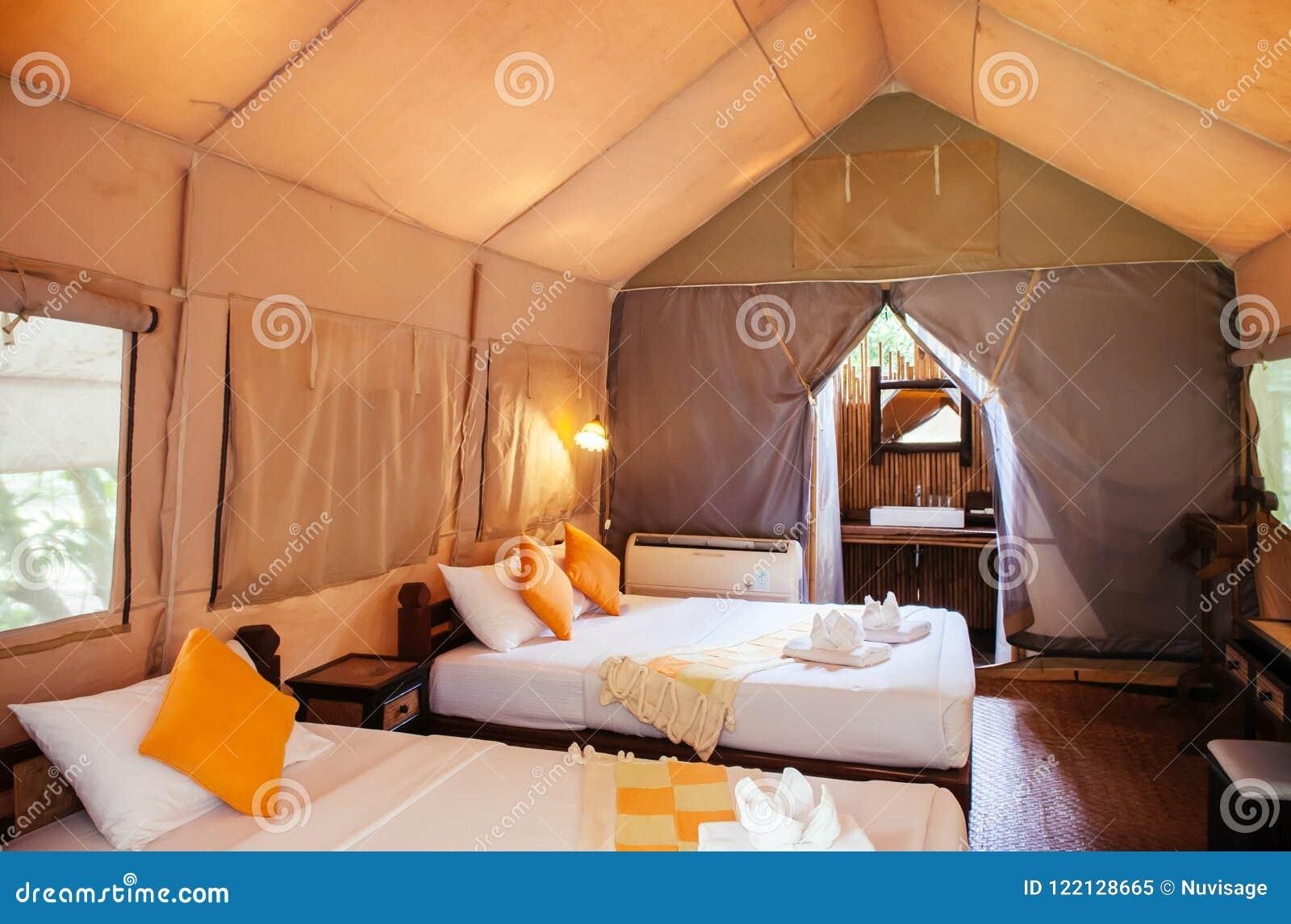 Interior do recurso de acampamento luxuoso na floresta da natureza, glamping