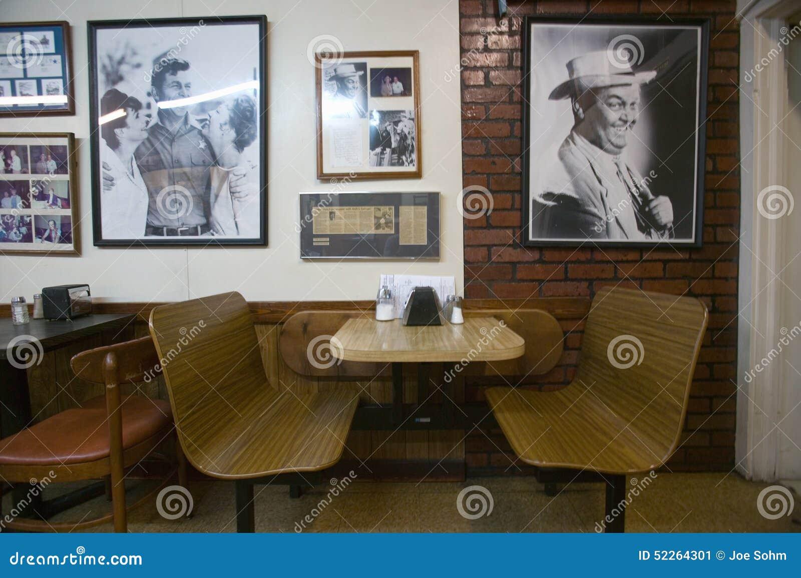 Interior do restaurante na montagem pairosa, no North Carolina, na cidade caracterizada em RFD? ?Mayberry e na HOME de Andy Griff