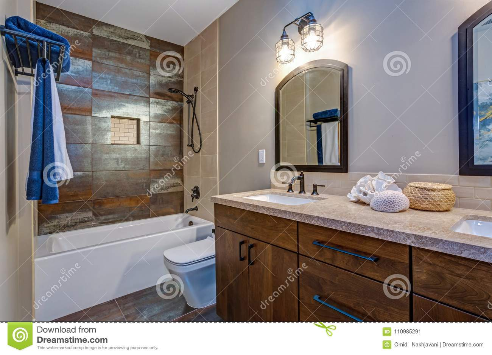 Interior elegante del cuarto de baño con el gabinete doble de la vanidad