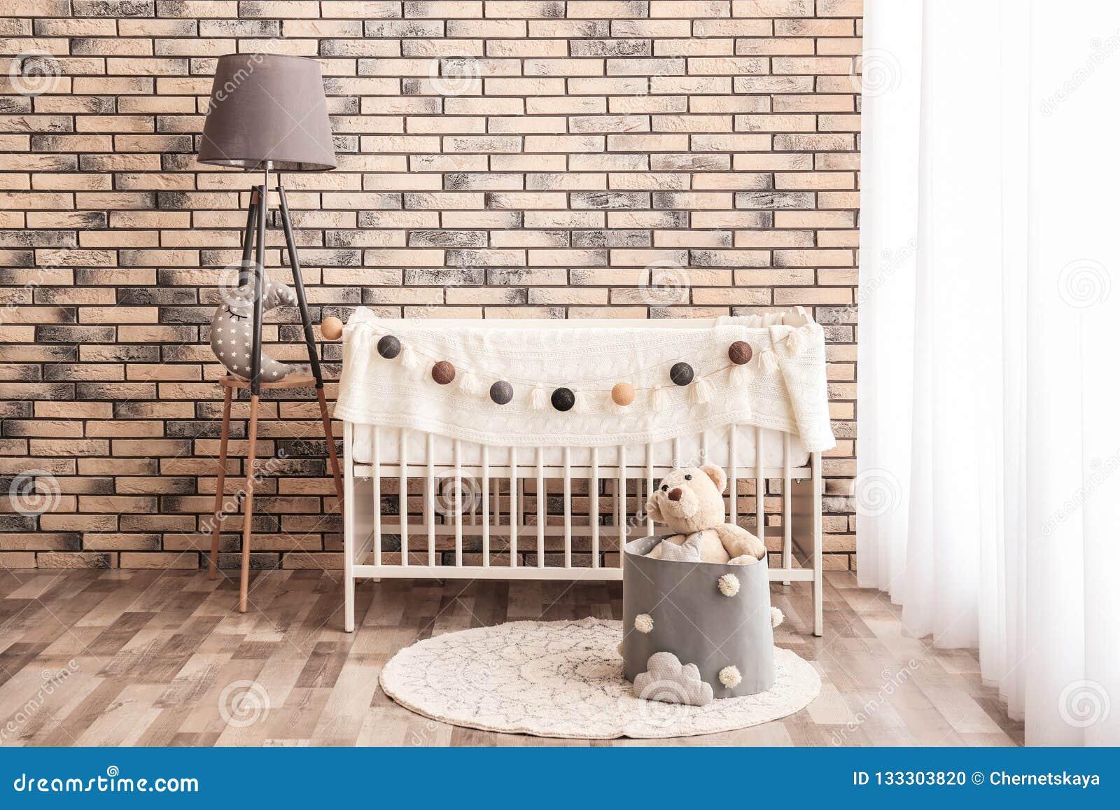 Interior elegante del sitio del bebé con el pesebre