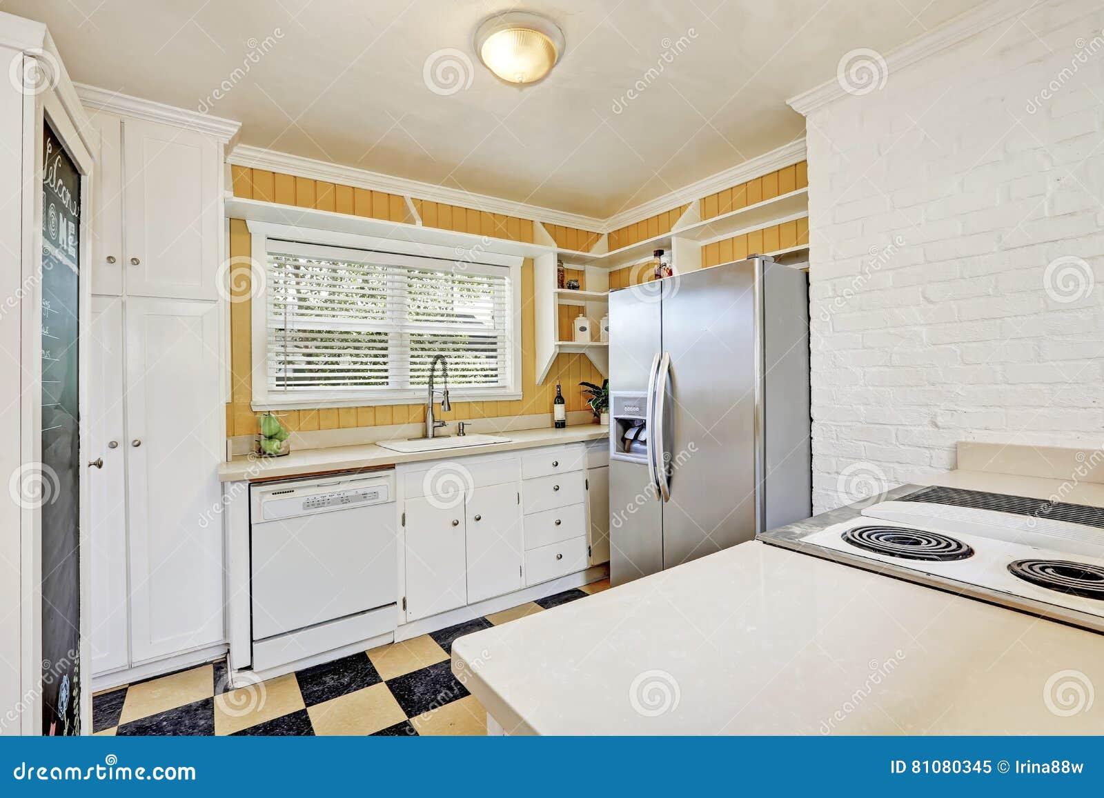 Interior em forma de u da sala da cozinha com refrigerador moderno