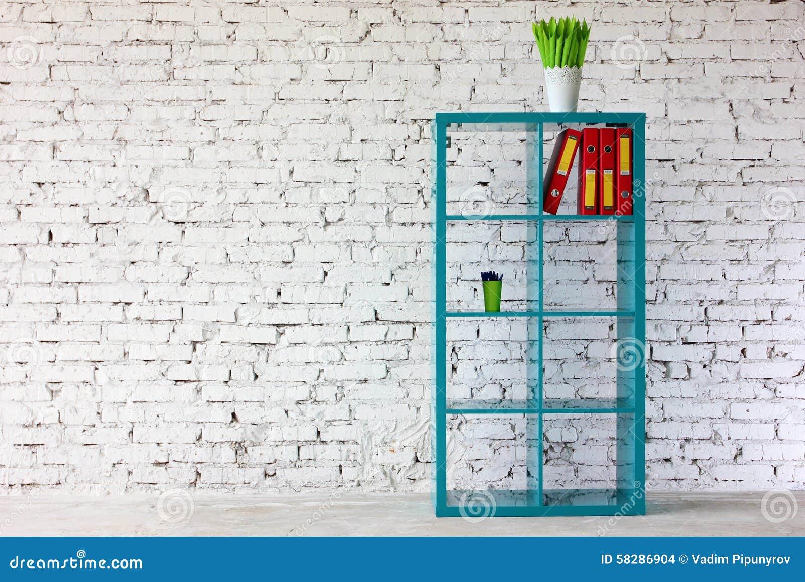 Interior en el ladrillo blanco con un estante