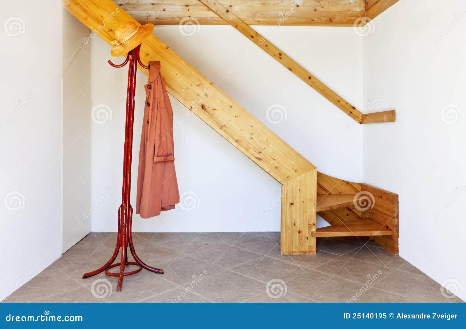 Interior escalera de madera imagen de archivo imagen for Escaleras de madera interior precio