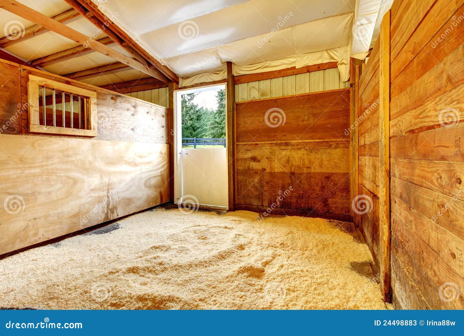 Interior estável vazio da exploração agrícola do cavalo.