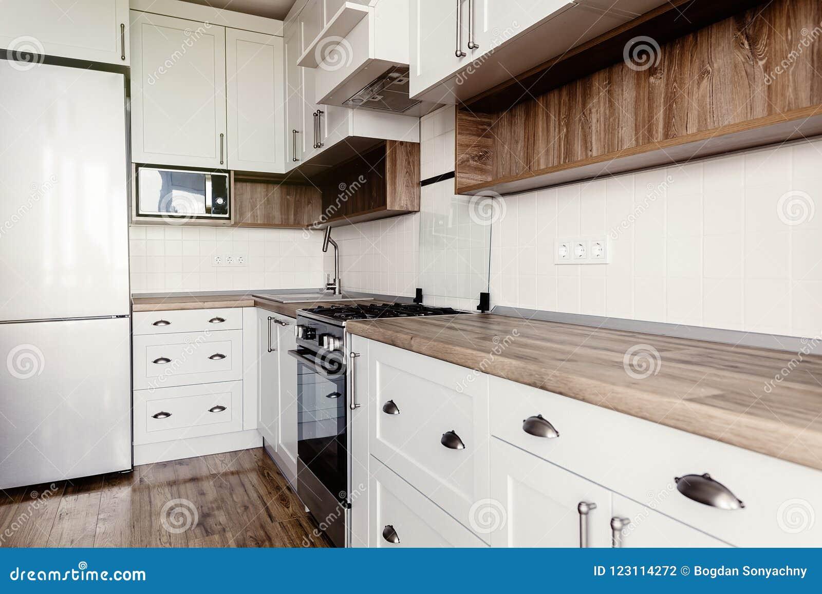 Interior Gris Claro Elegante De La Cocina Con Los Gabinetes Y Sta