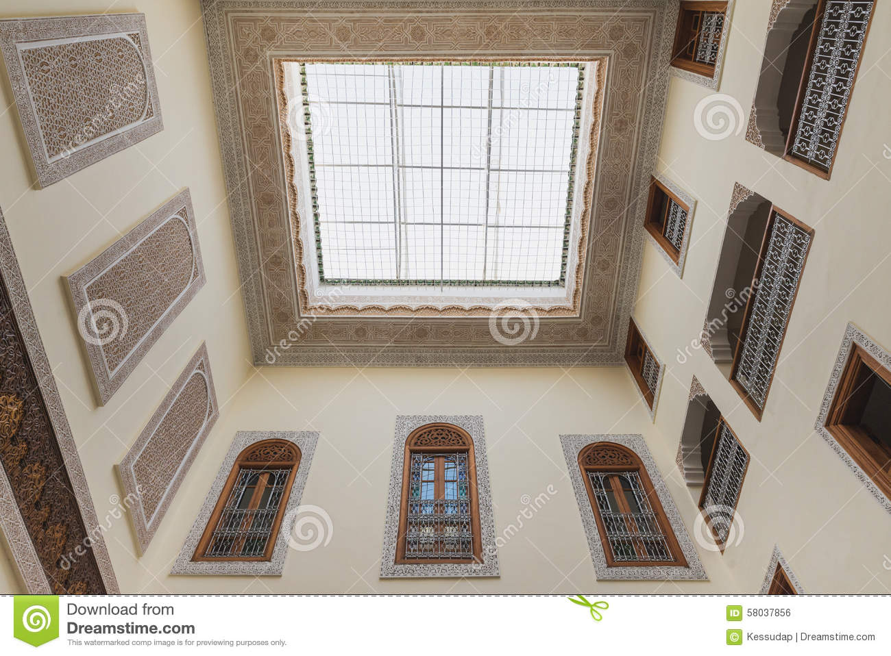 Interior of house in arabian style has clear roof top for Architecture maison arabe
