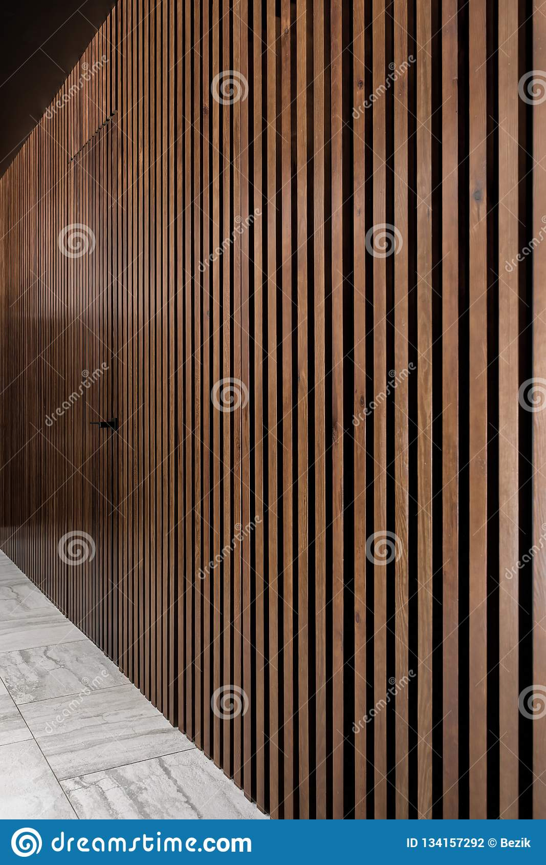 Interior iluminado con la pared de madera del enrejado con la puerta