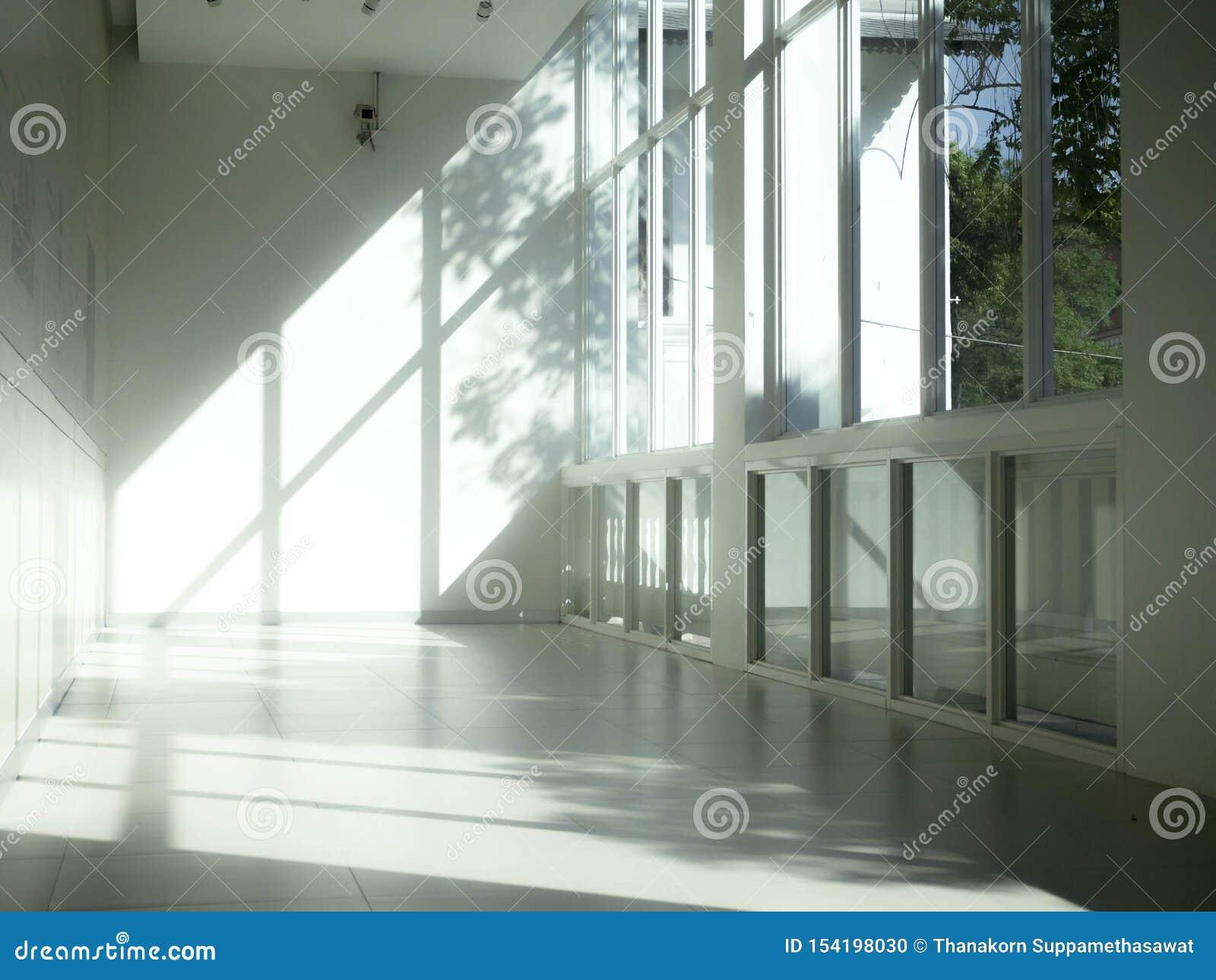 Interior industrial con la luz brillante que viene a través de ventanas