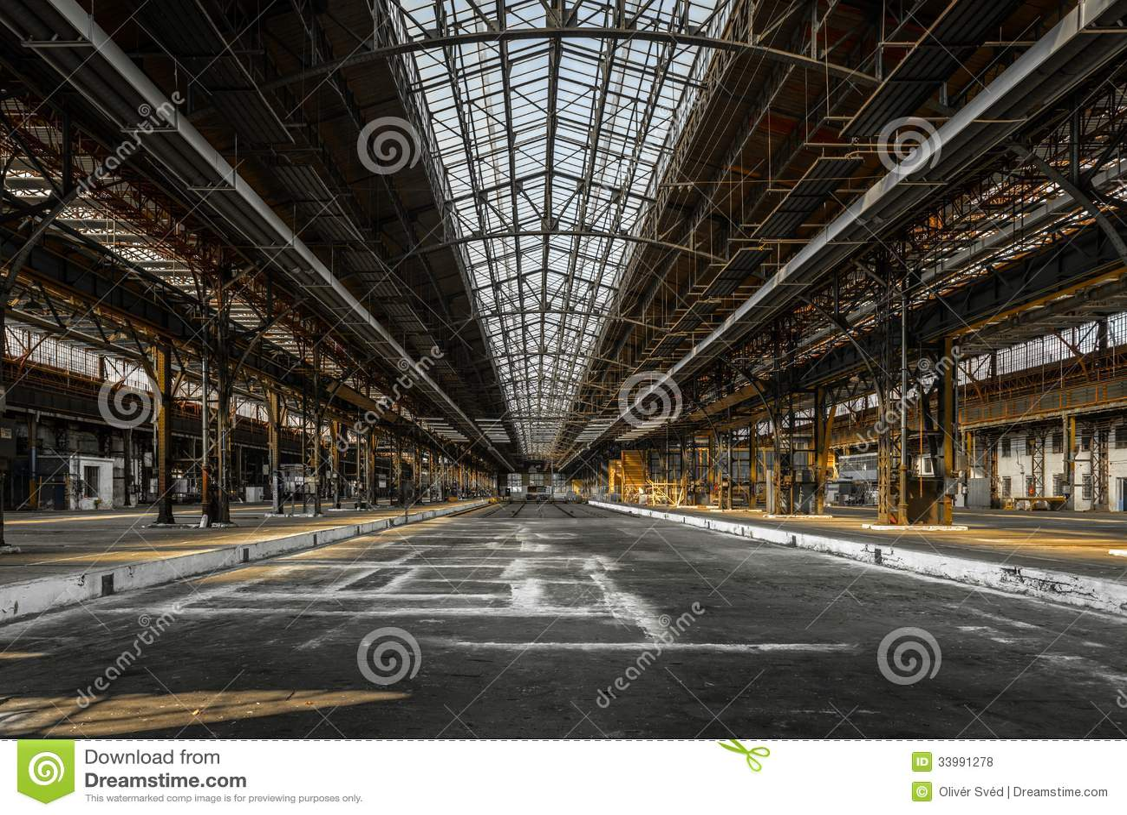 Interior industrial de una fábrica vieja