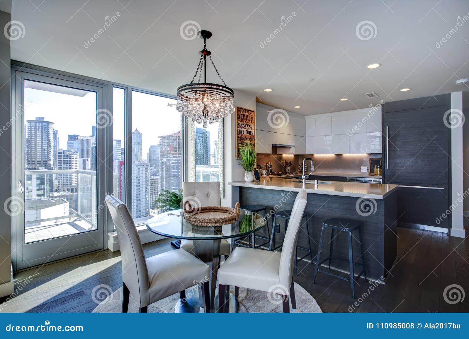 Interior llenado luz del apartamento con la planta diáfana