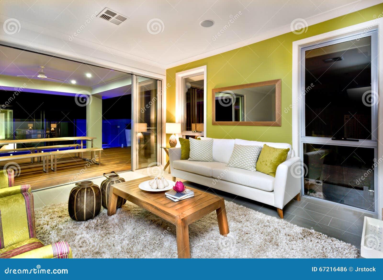 Interior lujoso de la sala de estar con los sofás y las decoraciones de la suposición