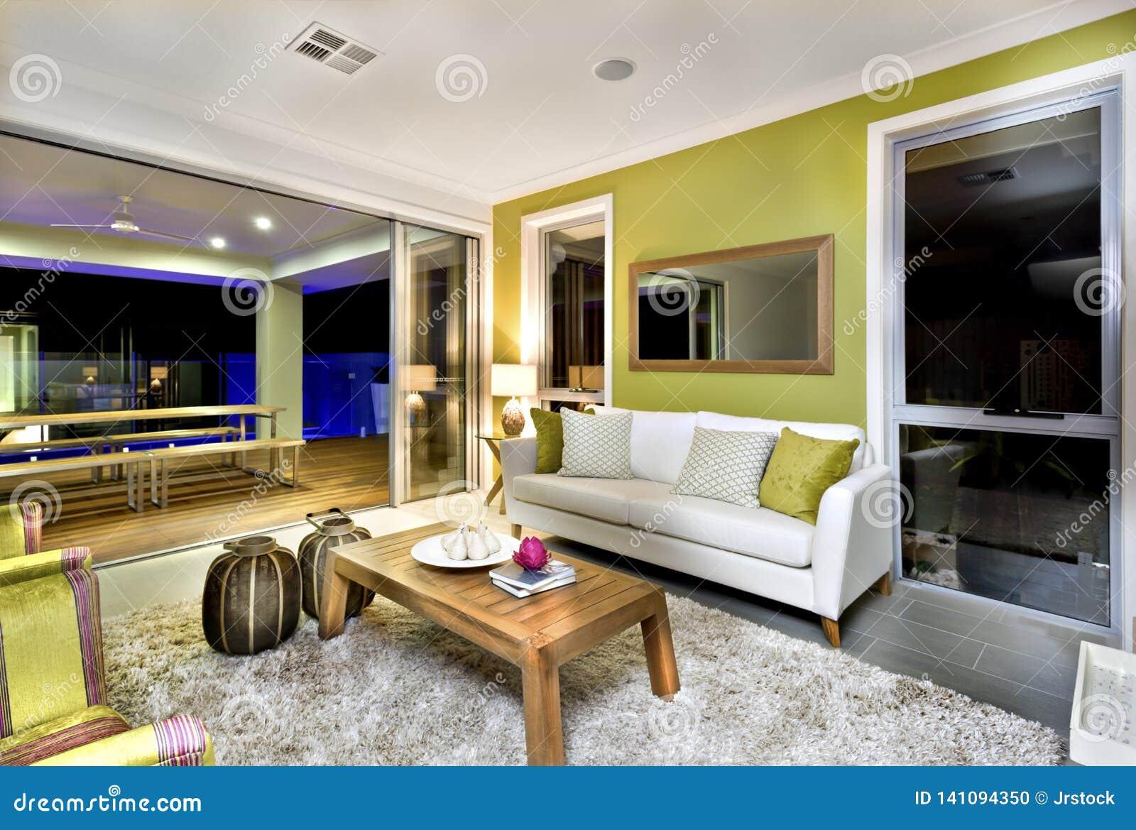 Interior lujoso de la sala de estar con los sof?s y las decoraciones de la suposici?n