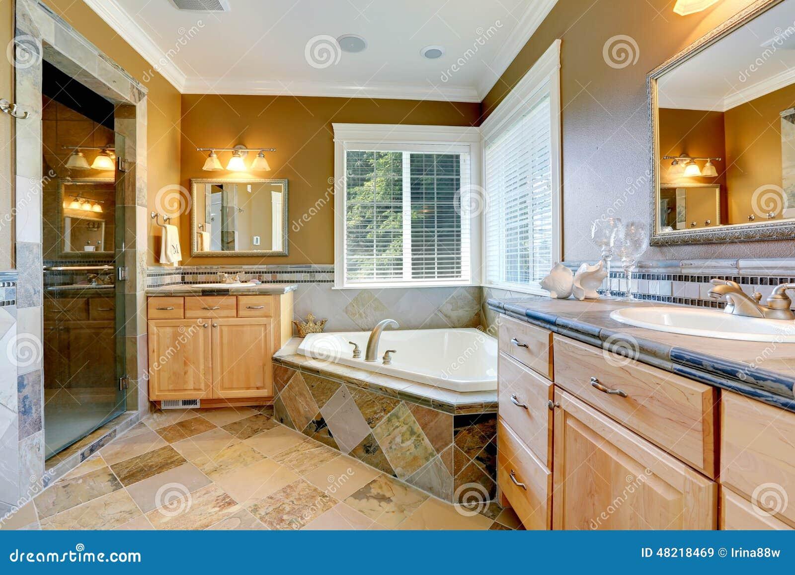 Interior Luxuoso Do Banheiro Com Banheira De Canto Foto de Stock  #6F4210 1300x957 Banheiro Com Banheira De Canto