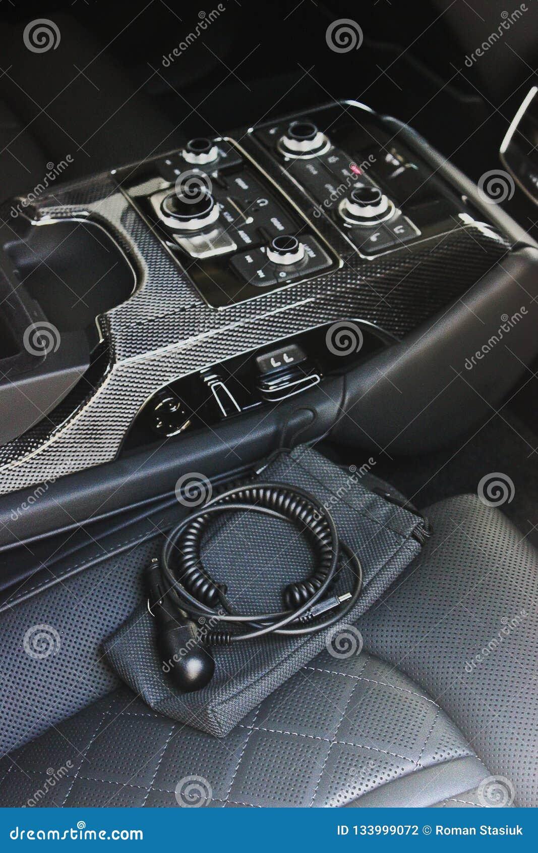 Interior luxuoso escuro do carro ajustar Karbon
