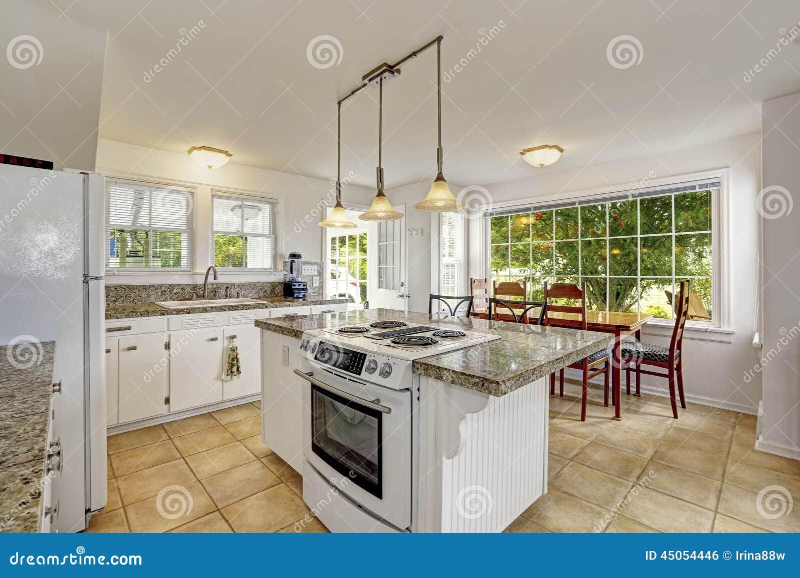 interior moderno blanco brillante de la cocina con la isla