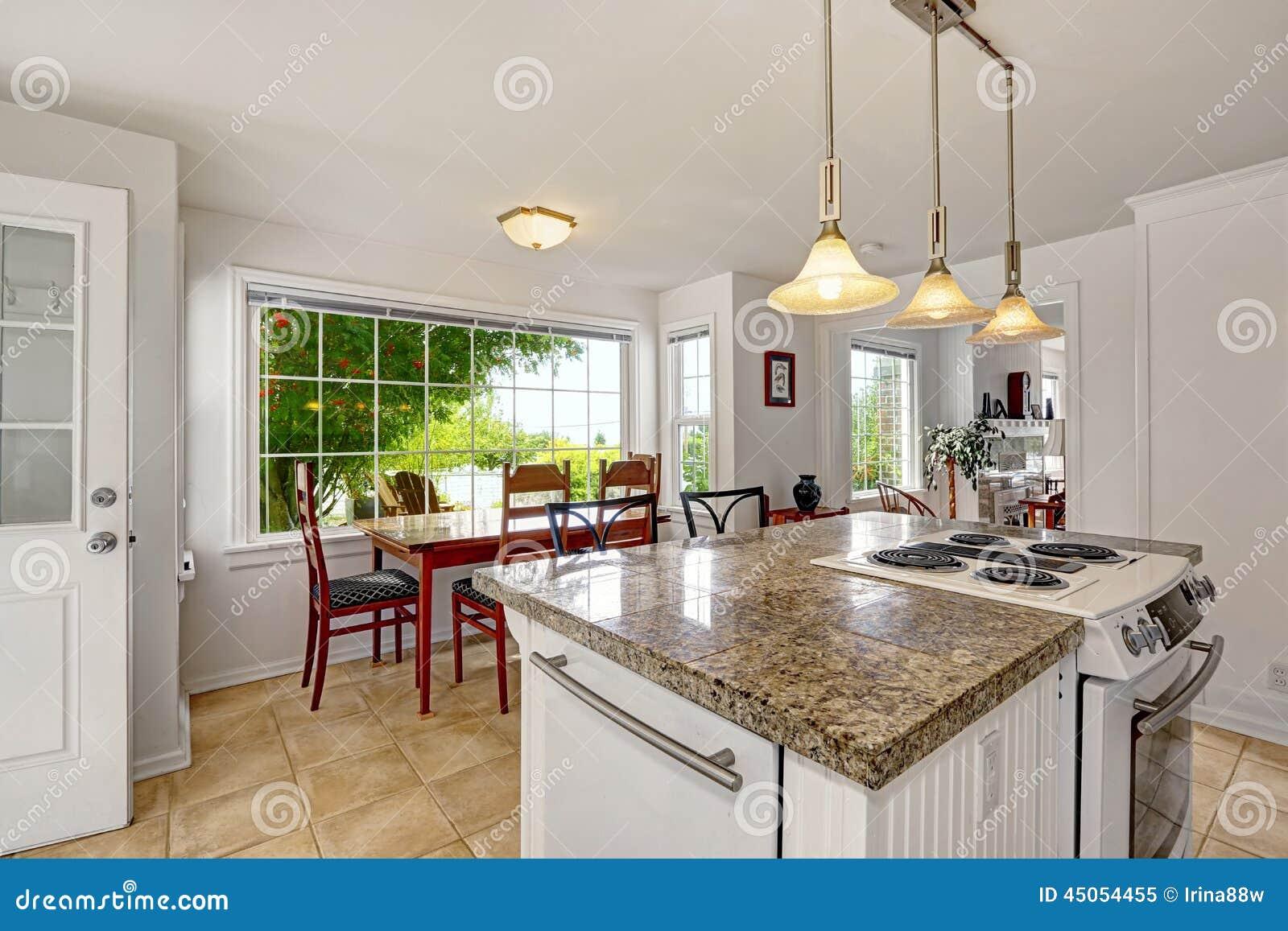 Interior moderno blanco brillante de la cocina con la isla for Cocinas comedor con islas modernas