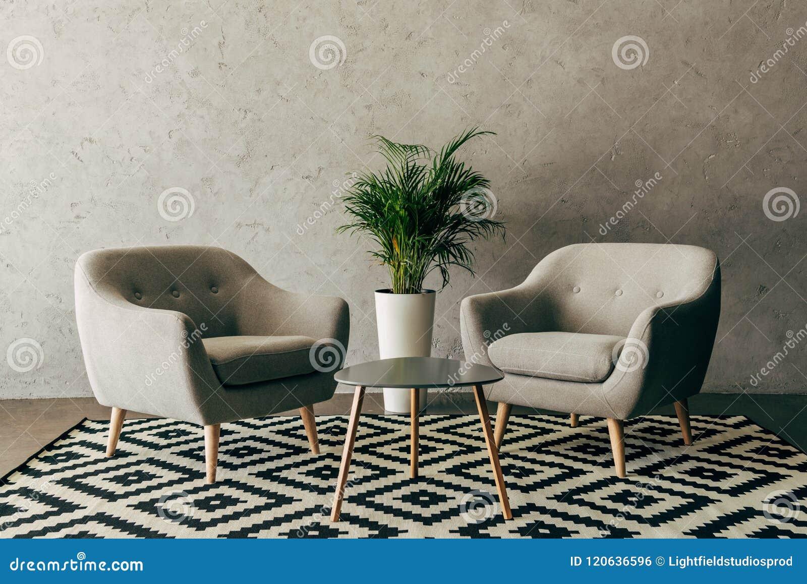 Interior moderno com mobília do vintage no estilo do sótão com muro de cimento
