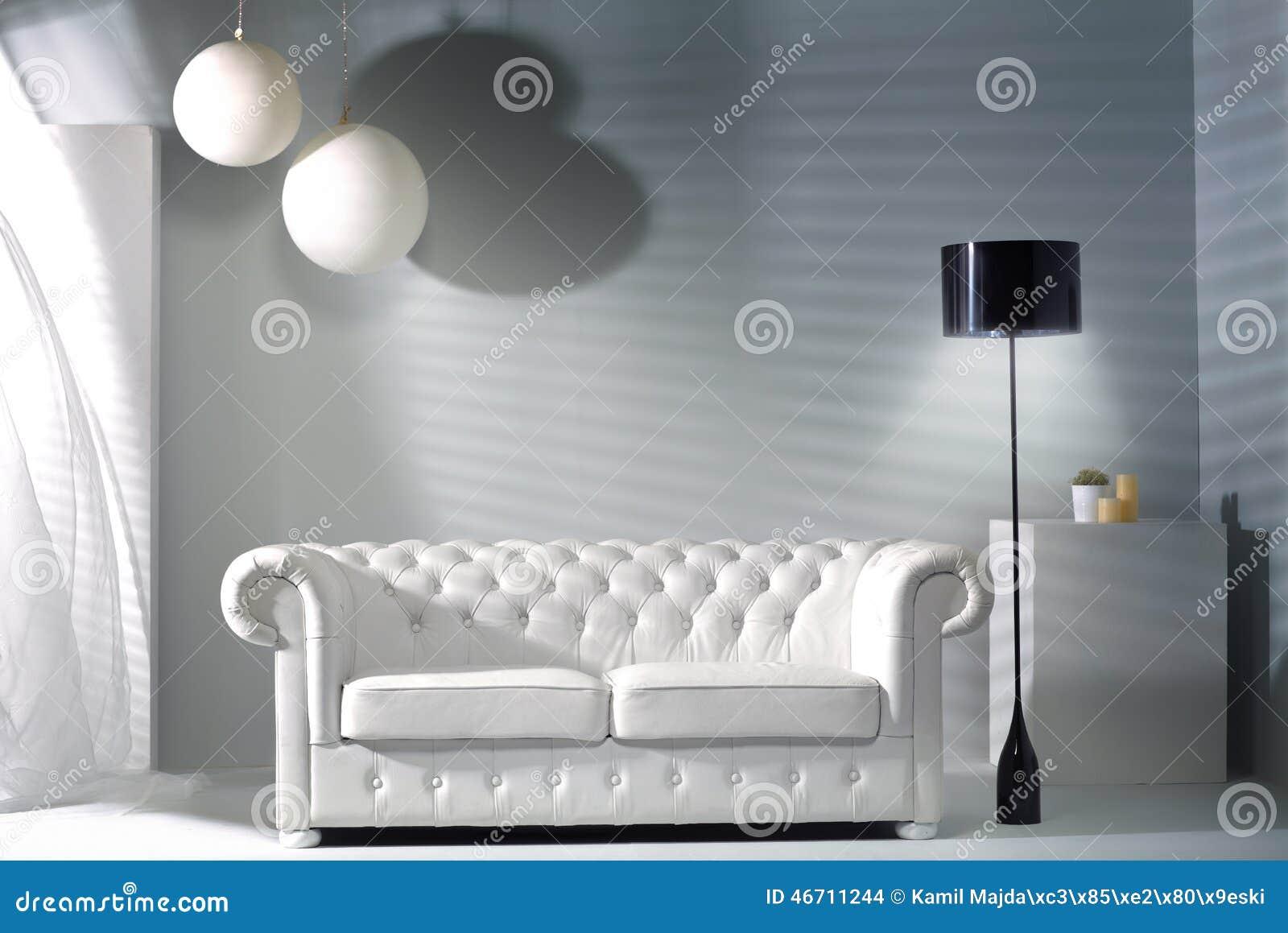 Interior moderno con los muebles brillantes