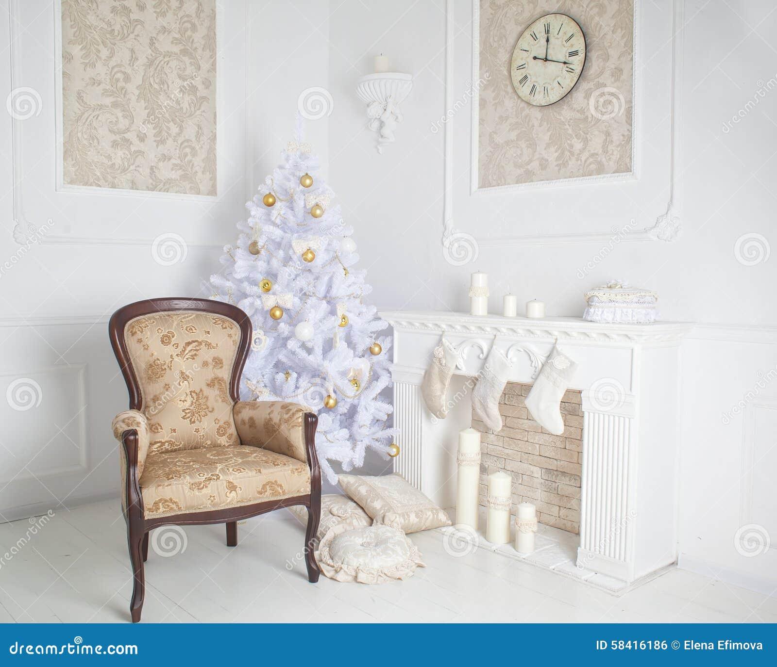 Interior moderno da chaminé com árvore de Natal e dos presentes no branco