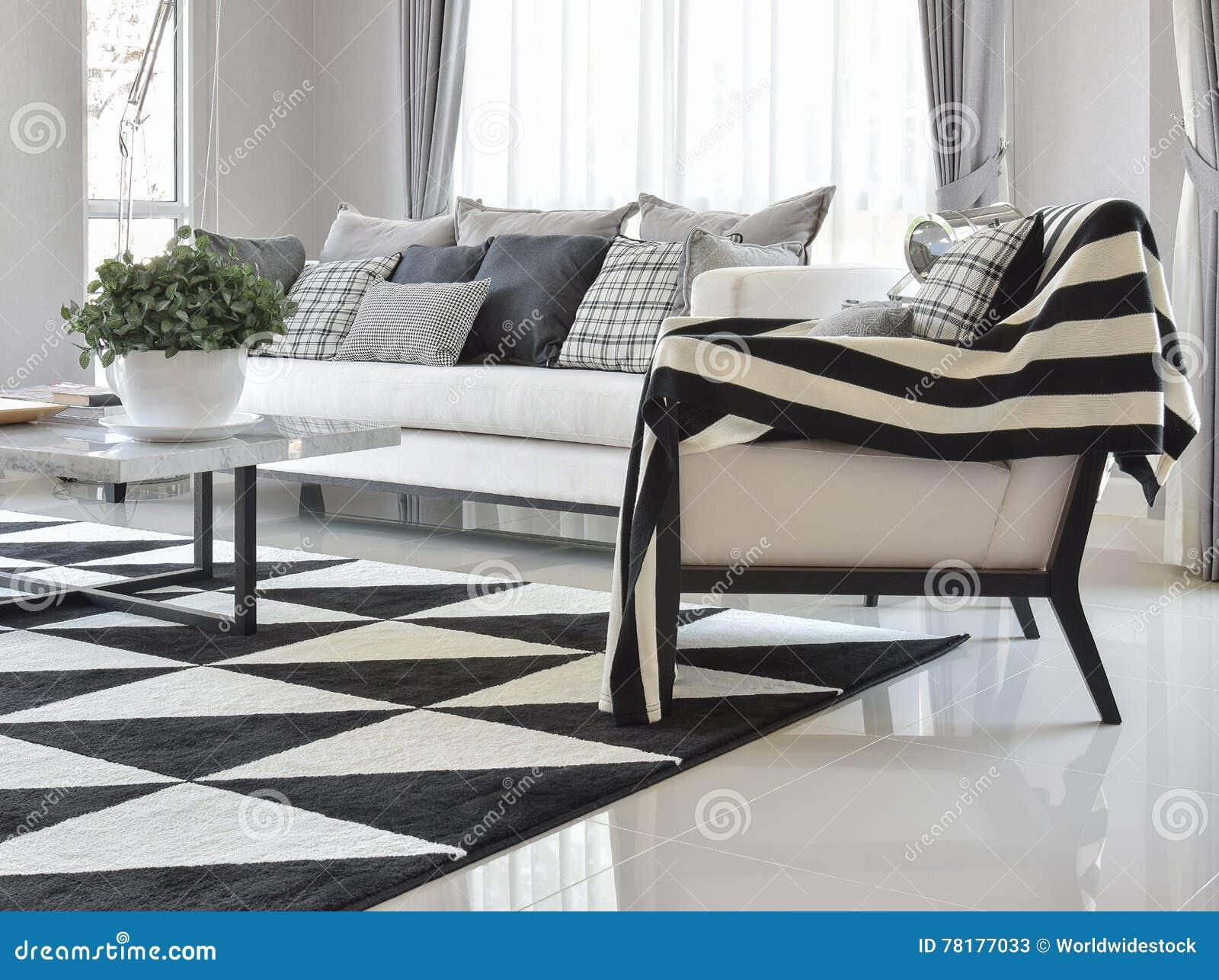 Interior Moderno Da Sala De Visitas Com Os Descansos E Tapete  -> Tapete Sala Listrado Preto E Branco