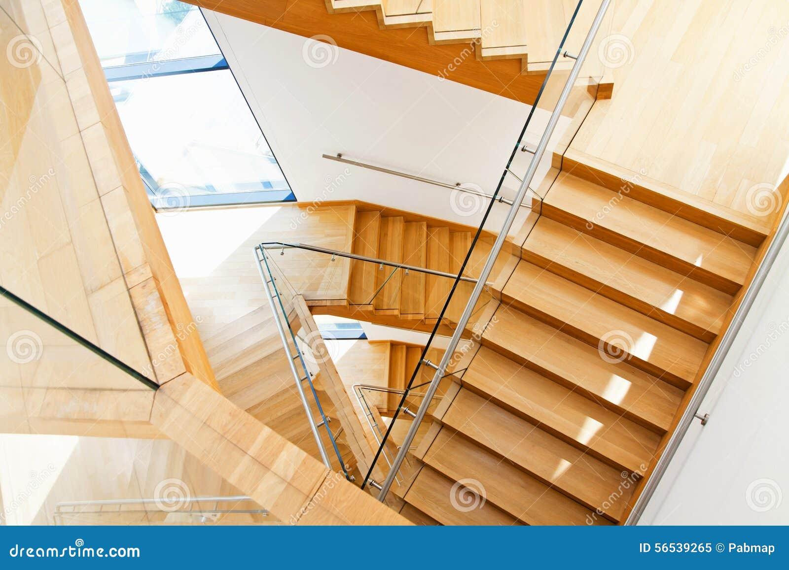 interior moderno de la con las escaleras de madera foto de archivo libre de regalas