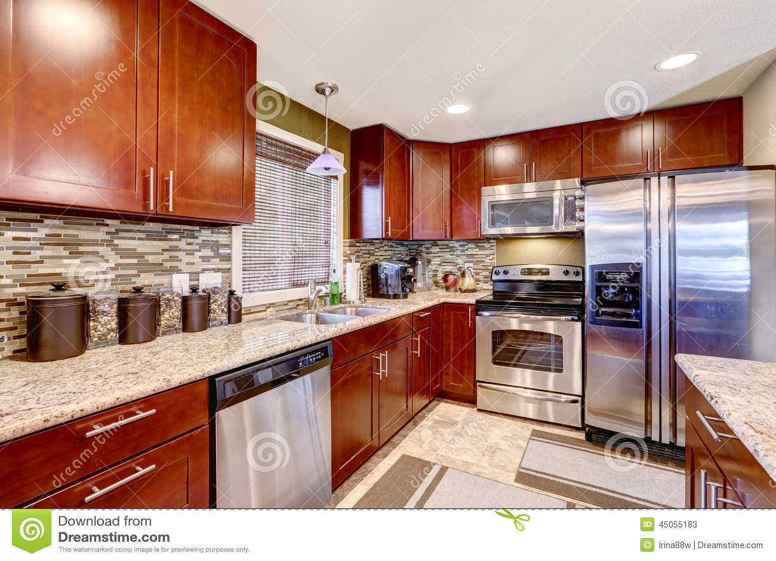 Interior moderno de la cocina con el ajuste y el granito - Cocinas con mosaico ...