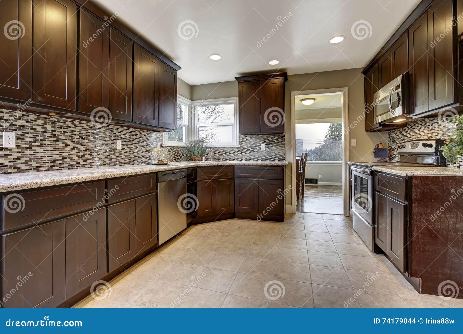 Interior Moderno De La Cocina Con Los Gabinetes De Almacenamiento ...