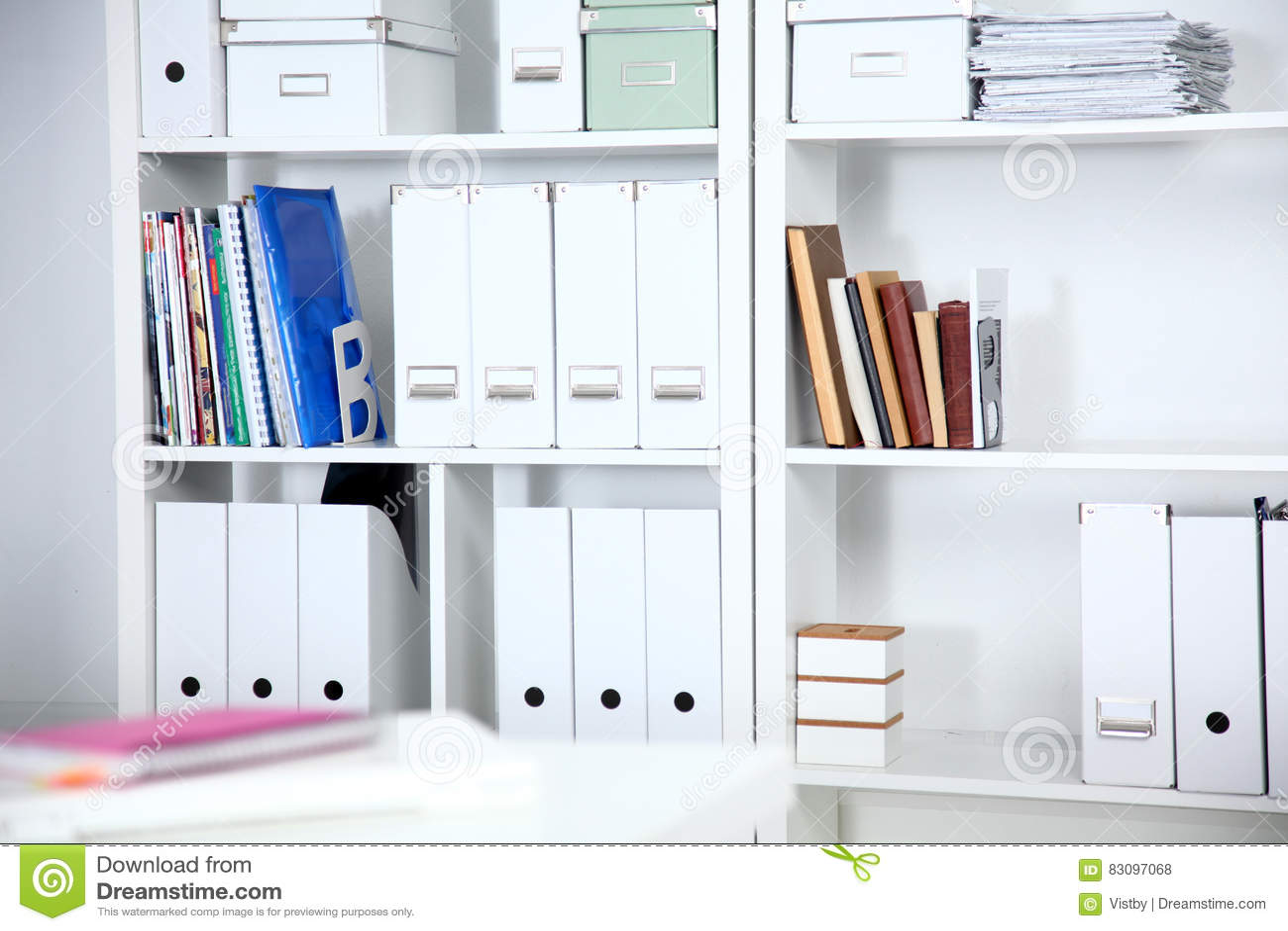 Estantes Para Archivos Oficina.Interior Moderno De La Oficina Con Las Tablas Las Sillas Y Los