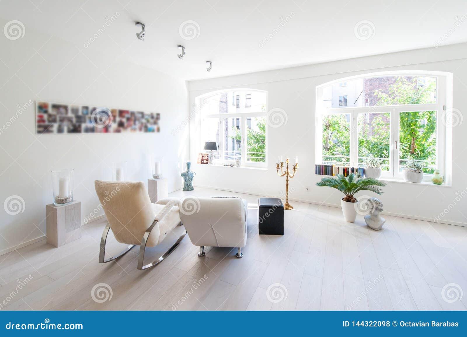 Interior moderno de una vida brillante y relajar el sitio