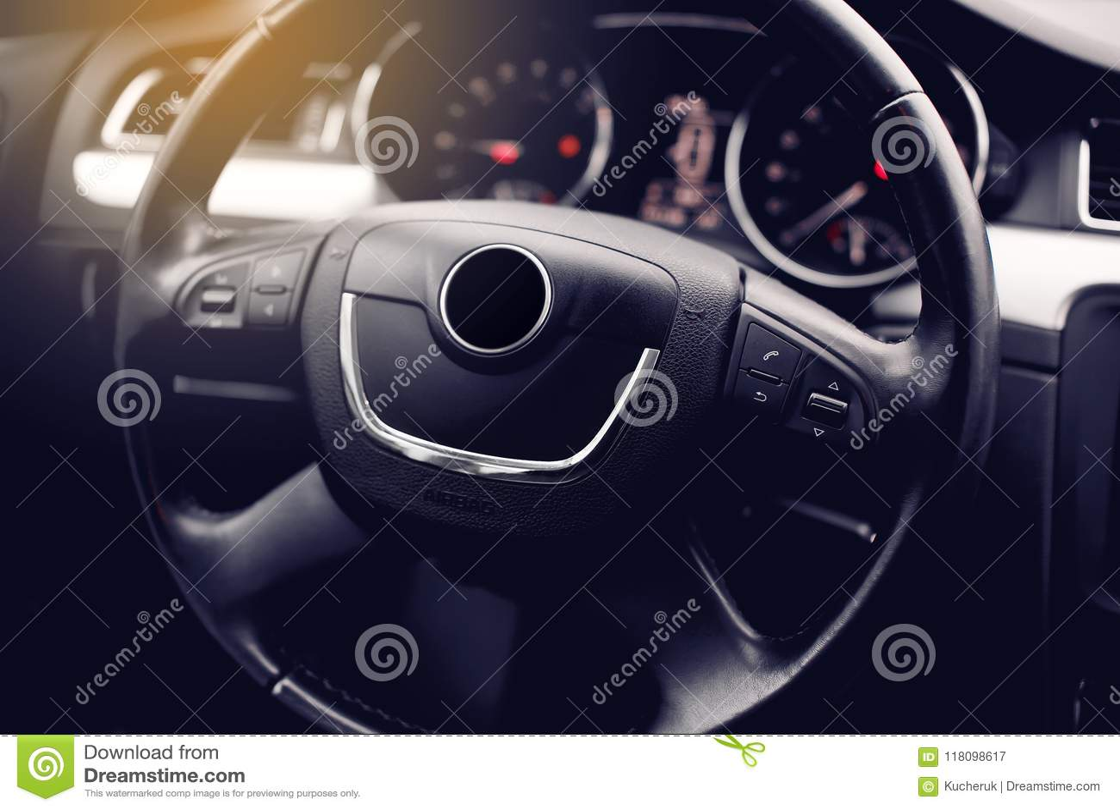 Interior moderno del coche Volante, tablero de instrumentos, velocímetro, exhibición
