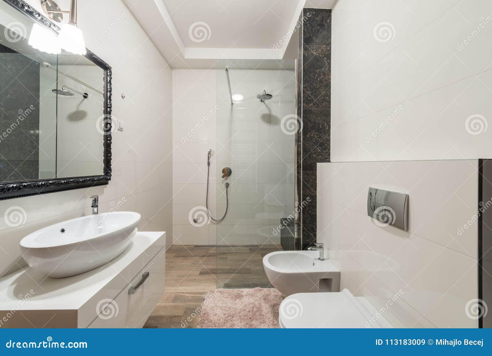 Interior Moderno Del Cuarto De Baño Con La Cabina De La Ducha En ...