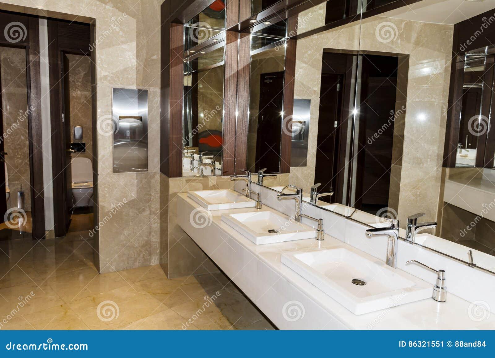 Interior Moderno Del Cuarto De Baño, Diseño Contemporáneo ...