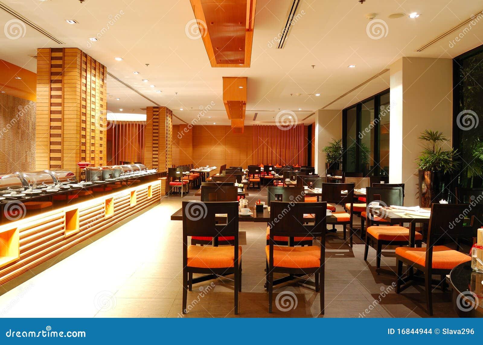 Interior moderno del restaurante en la iluminaci n de la noche for Muebles para restaurantes modernos