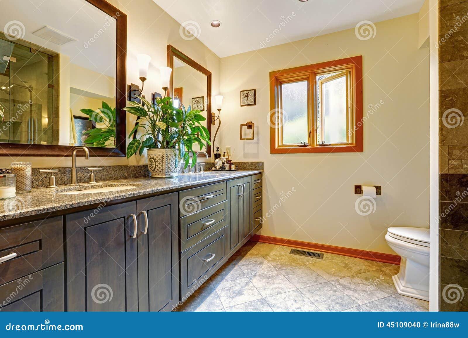 Interior Moderno Do Banheiro Com Armário Grande E Dois Espelhos Foto  #3F6917 1300x957 Banheiro Com Janela Grande