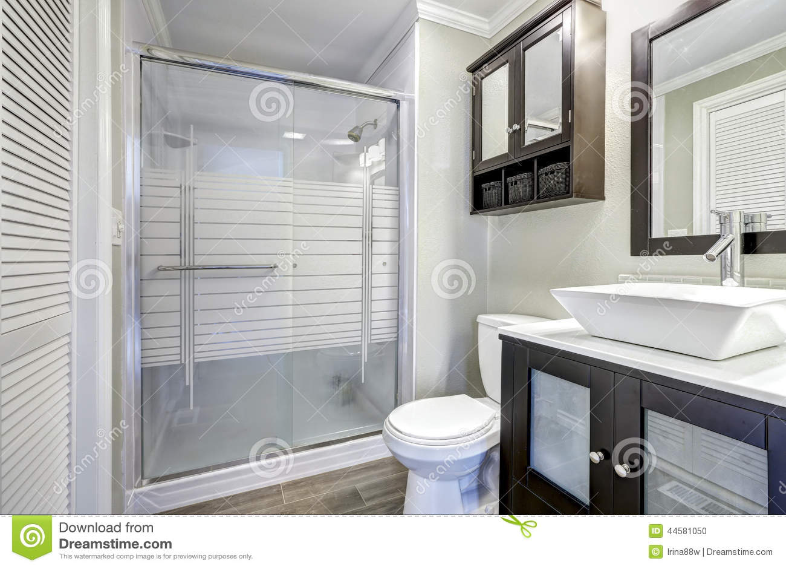 Interior moderno do banheiro com o chuveiro de vidro da porta Armário  #45485D 1300 957