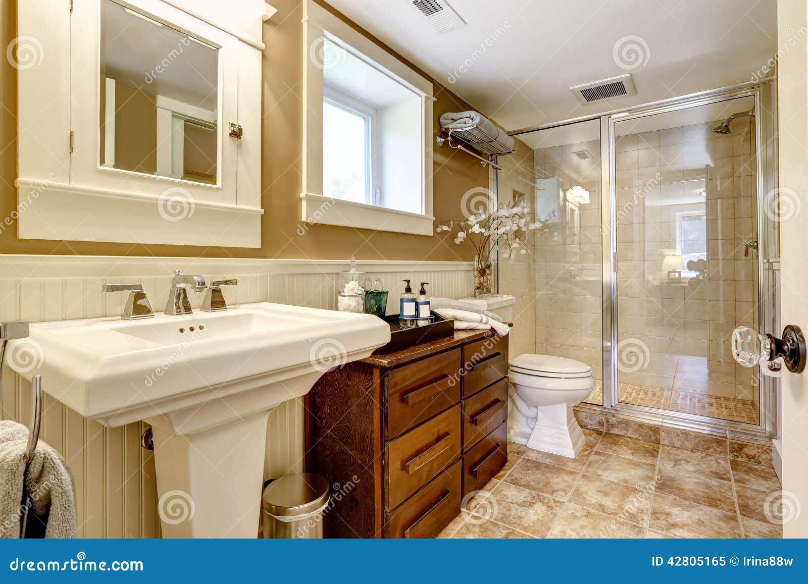 Interior Moderno Do Banheiro Com O Chuveiro De Vidro Da Porta Foto de  #6E3D11 1300x957 Banheiro Com Armario De Vidro