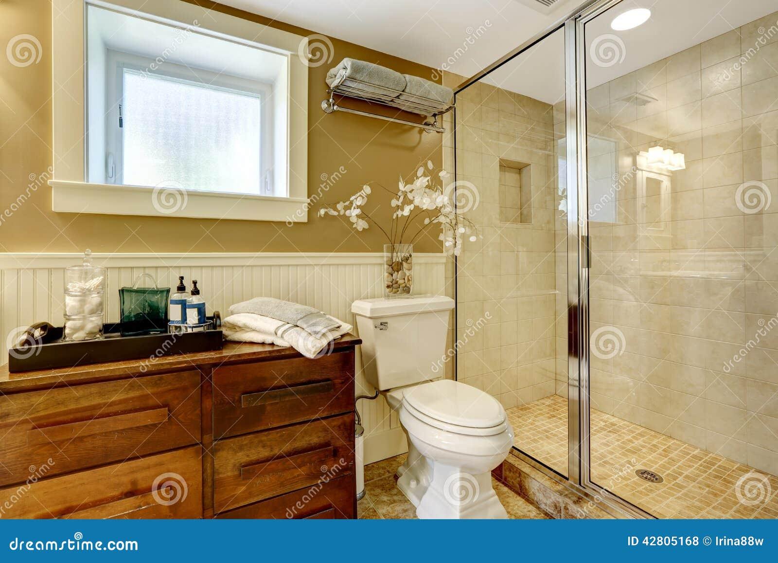 Interior Moderno Do Banheiro Com O Chuveiro De Vidro Da Porta Foto de  #713909 1300x957 Banheiro Com Banheira E Chuveiro