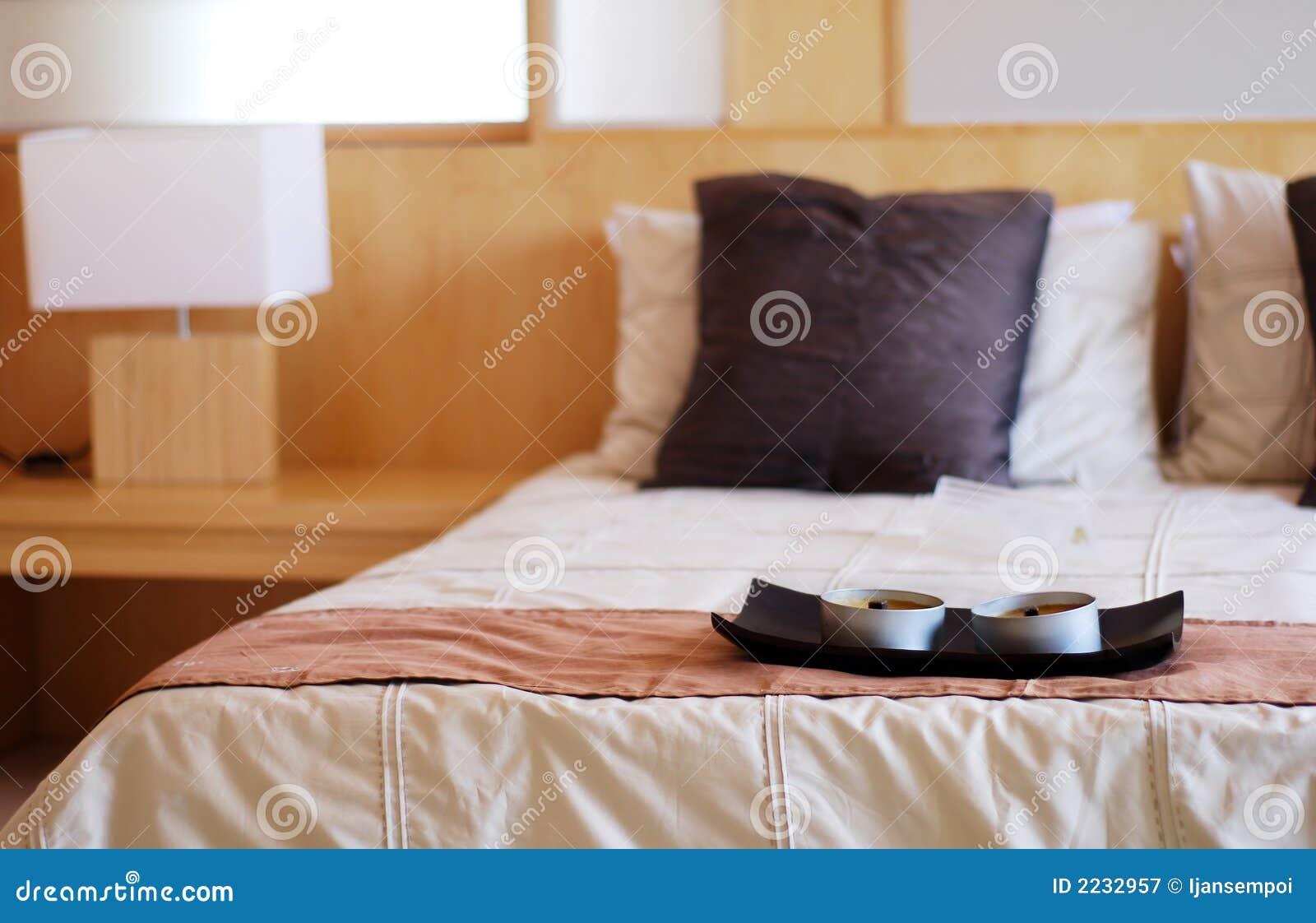 Interior moderno do quarto da cama