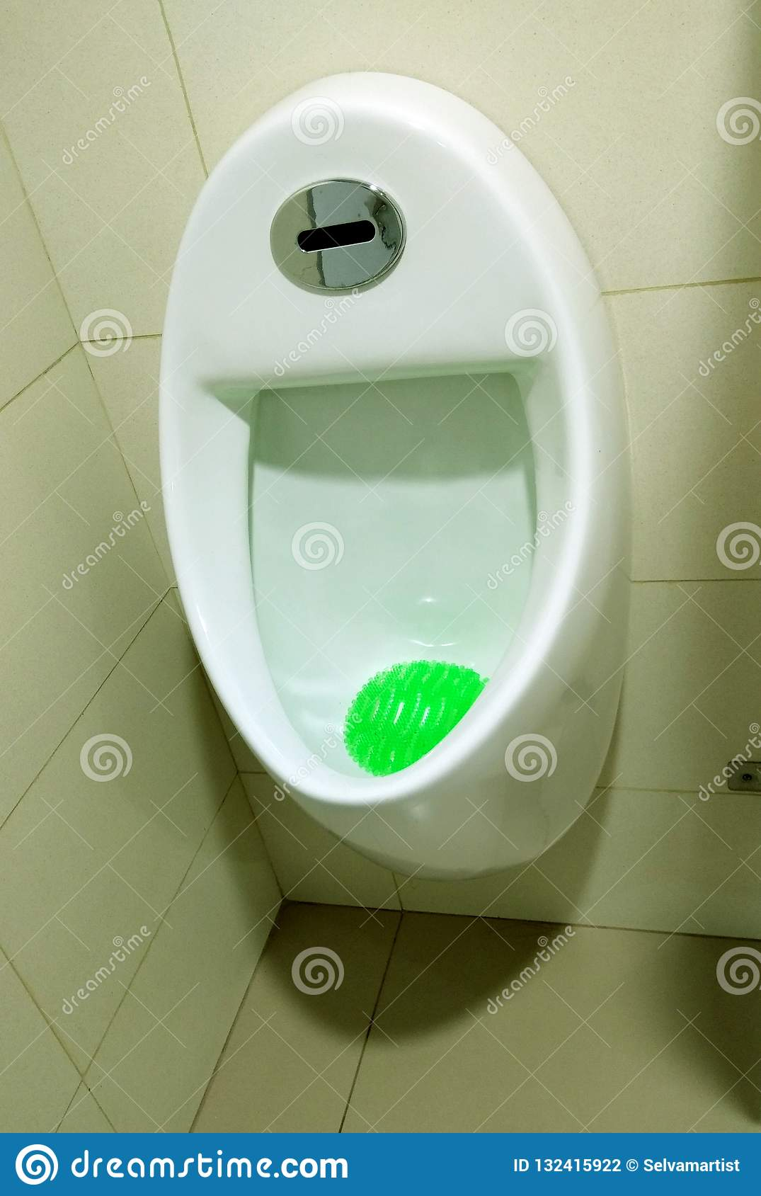 Interior moderno do toalete com mictório