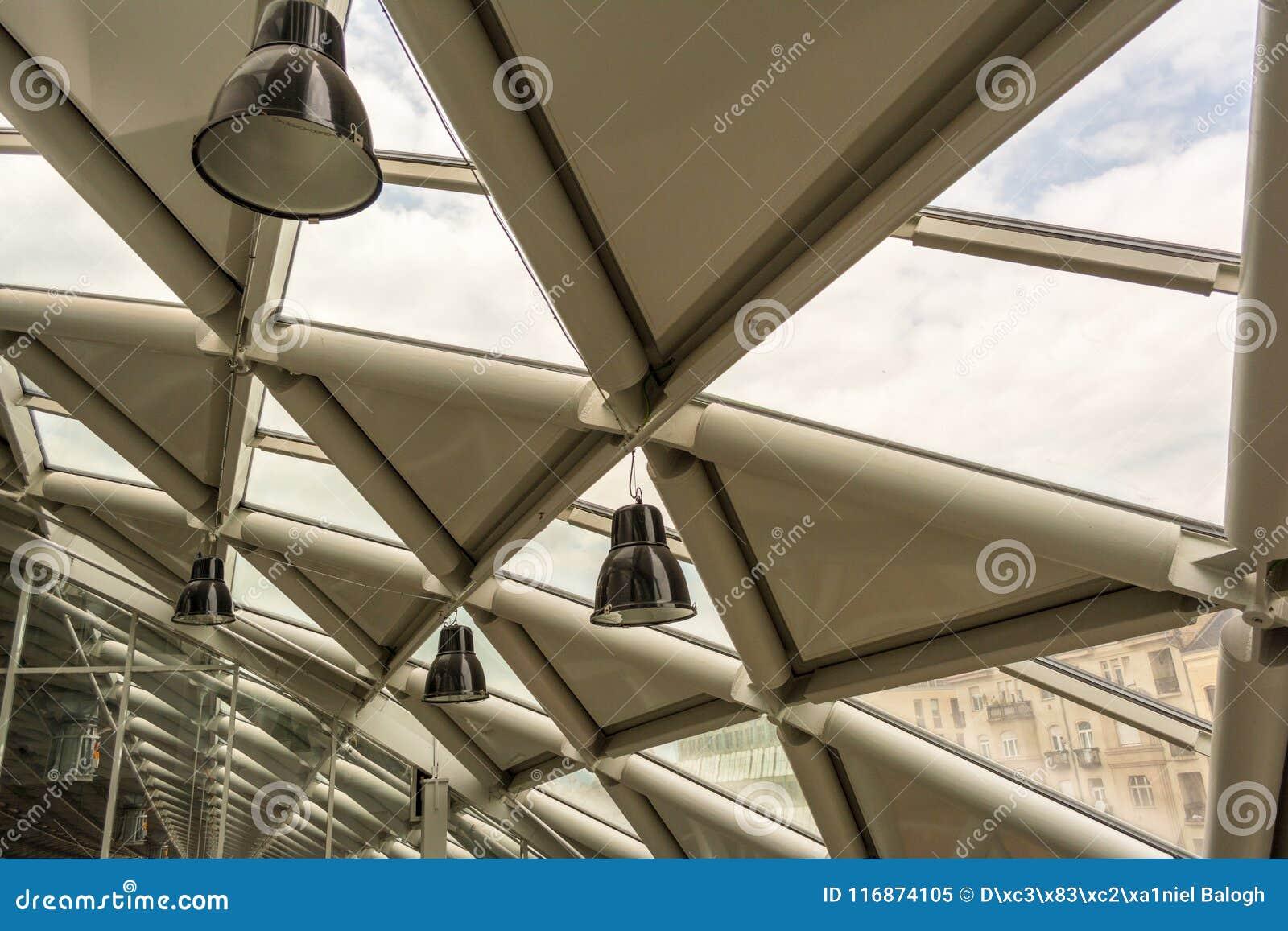 Interior moderno futurista do prédio de escritórios na cidade urbana A construção é chamada a baleia